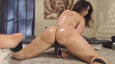 Oiled dirty talking Assondra with a big clapping booty
