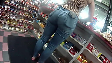 Oh Man look at this pawg in jean shorts