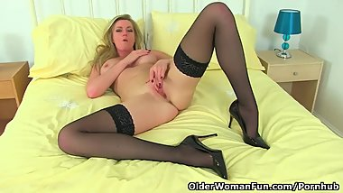 British milf Holly Kiss loves a good fanny rub